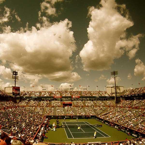 Vue aérienne d'un terrain de tennis pour tournage d'un journaliste sportif