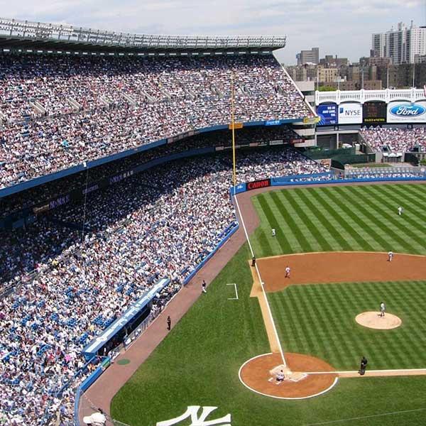 Vue en hauteur d'un terrain de baseball pour tournage d'un journaliste sportif