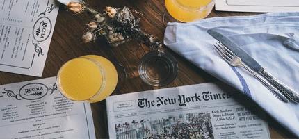 Des journaux et annonces d'emploi et alternance sont étalés sur une table